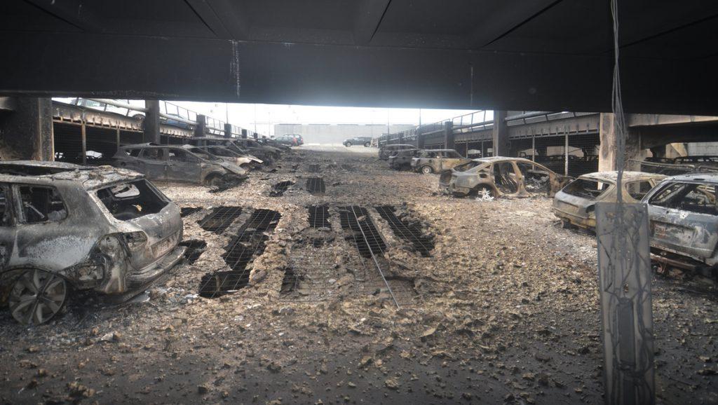 Cientos de coches destruidos en un incendio en un aparcamiento de Liverpool