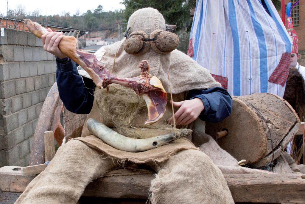 Personajes estrafalarios dan la bienvenida al año nuevo en las mascaradas de Zamora
