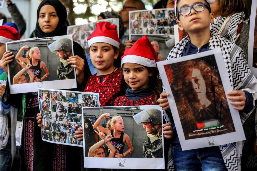 La adolescente palestina que provocó a soldados israelíes acusada de agresión