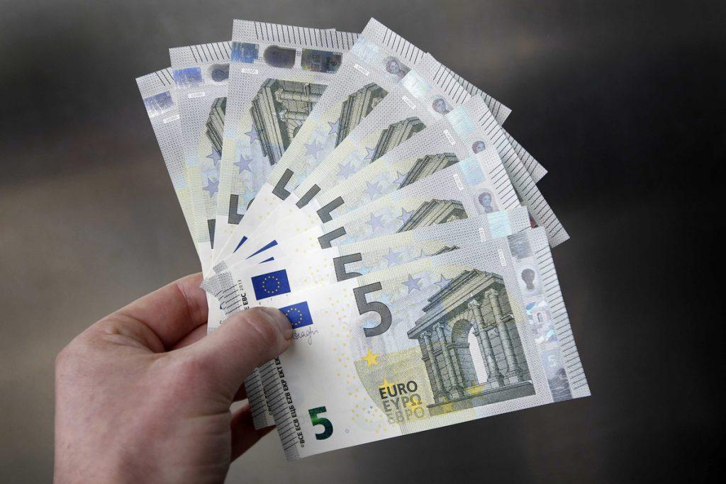 El euro baja a 1,1959 dólares