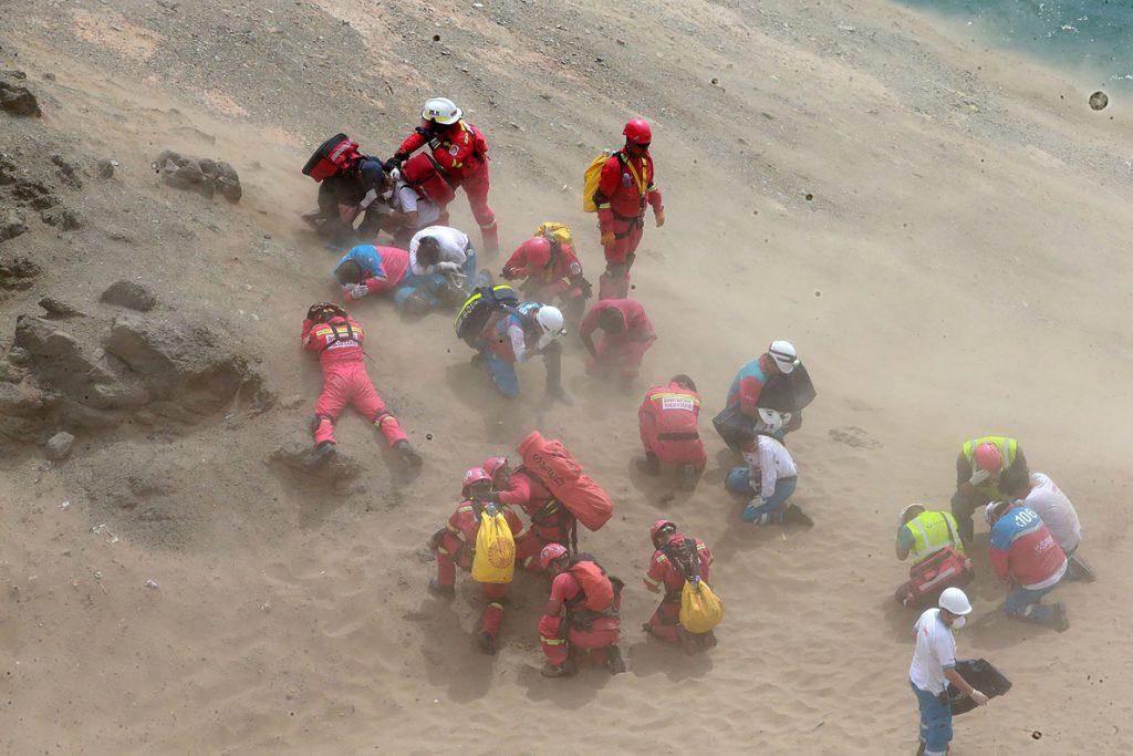 Sube a 36 la cifra de muertos por la caída de un autobús a un acantilado en el norte de Lima