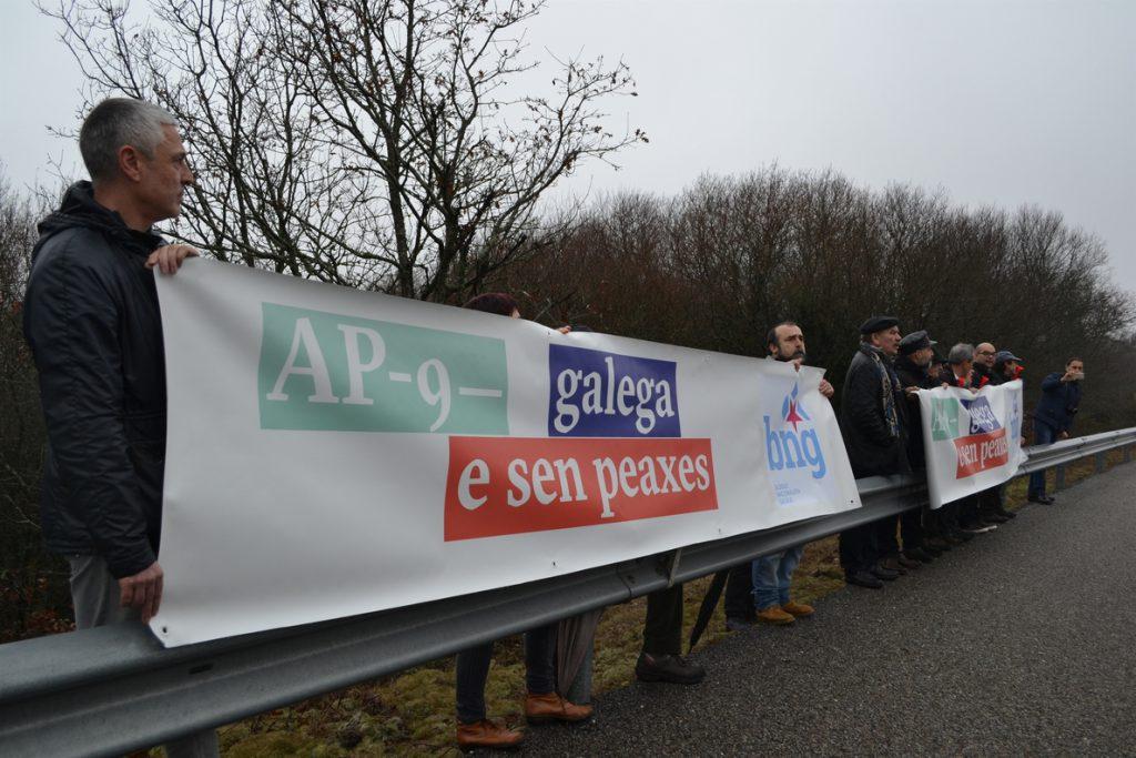 El BNG continúa la campaña contra los peajes de la AP-9 con gritos de «estafa» durante el acto de Rajoy en Santiago