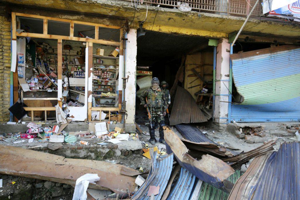 Al menos 4 policías muertos tras explotar una bomba en la Cachemira india