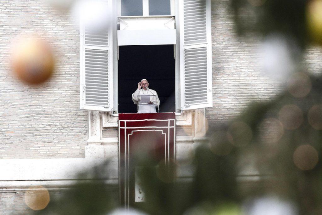 El papa bautiza a 34 niños y anima a sus padres a transmitir la fe con amor