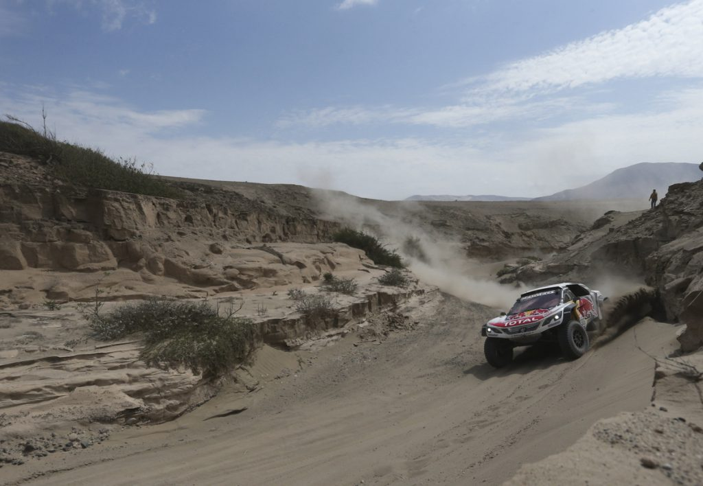 Loeb gana la cuarta etapa del Dakar en autos, por delante de Sainz