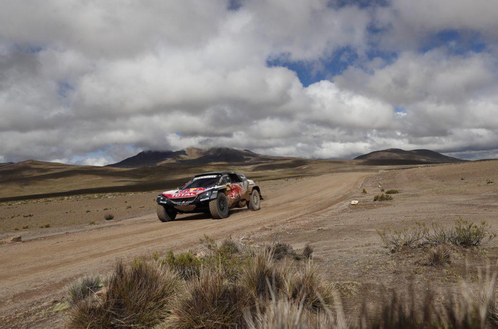 Carlos Sainz gana la sexta etapa del Dakar en autos y recorta cuatro minutos a Peterhansel