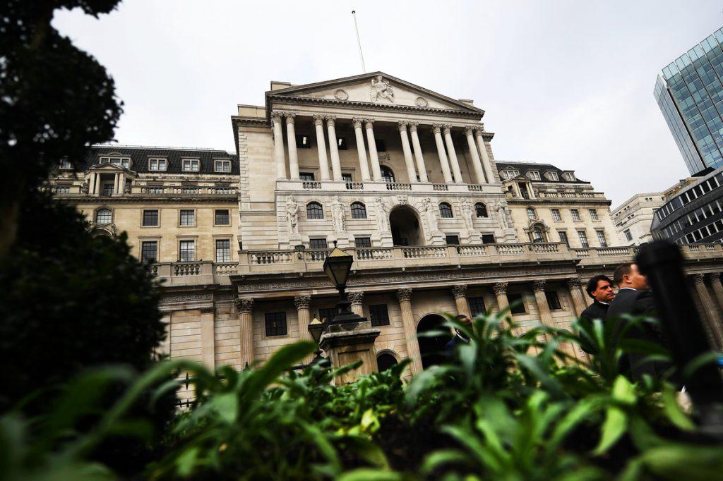 Reino Unido cerrará las cuentas de los inmigrantes ilegales para obligarles a marchar