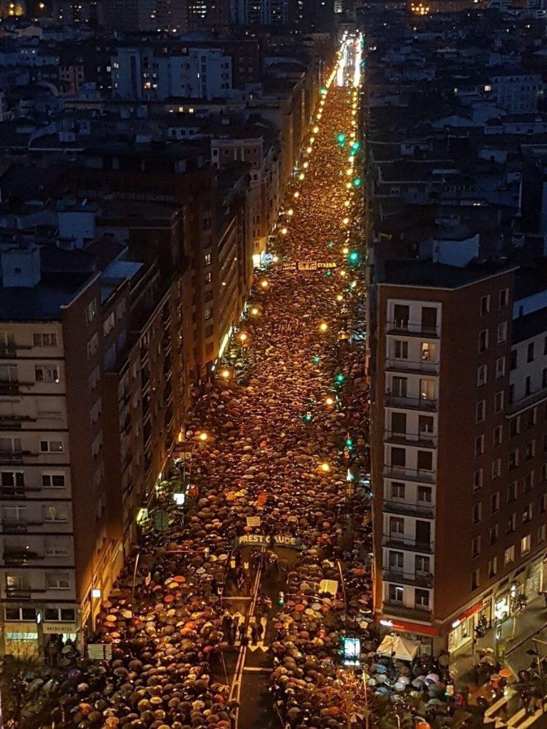 Miles de personas exigen en Bilbao el fin de una política penitenciaria «basada en el odio y la venganza»