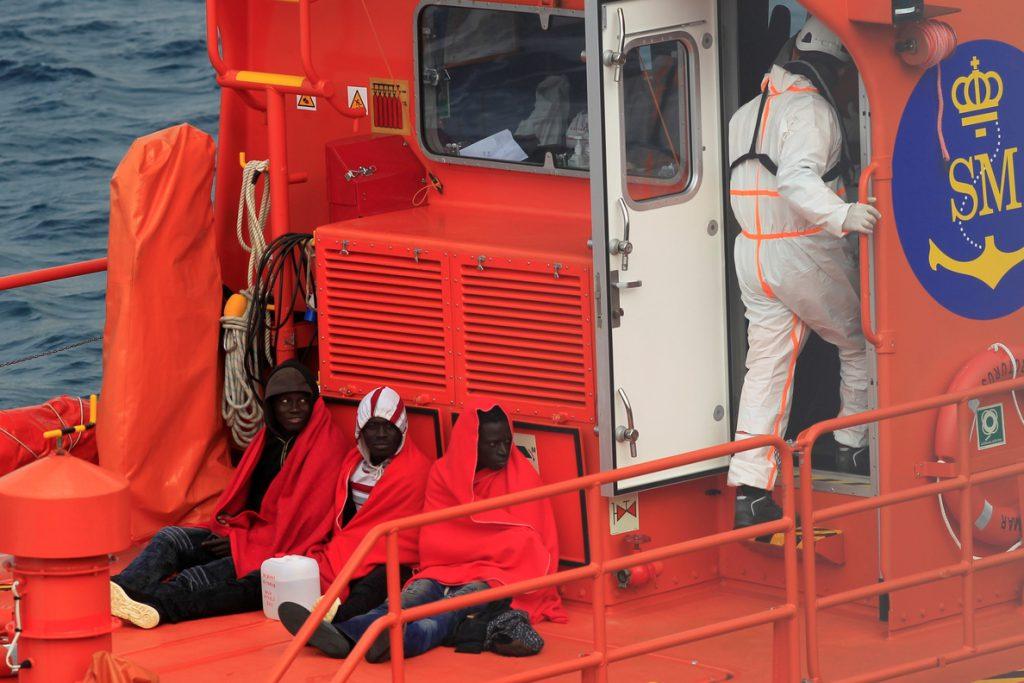 Rescatan en el Estrecho a 13 inmigrantes que navegaban en tres pateras