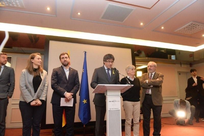 21-D-. Todos los diputados encarcelados y en Bélgica entregan las credenciales