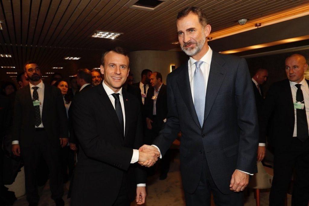 El Rey invita a Macron a visitar España durante un encuentro bilateral en Davos