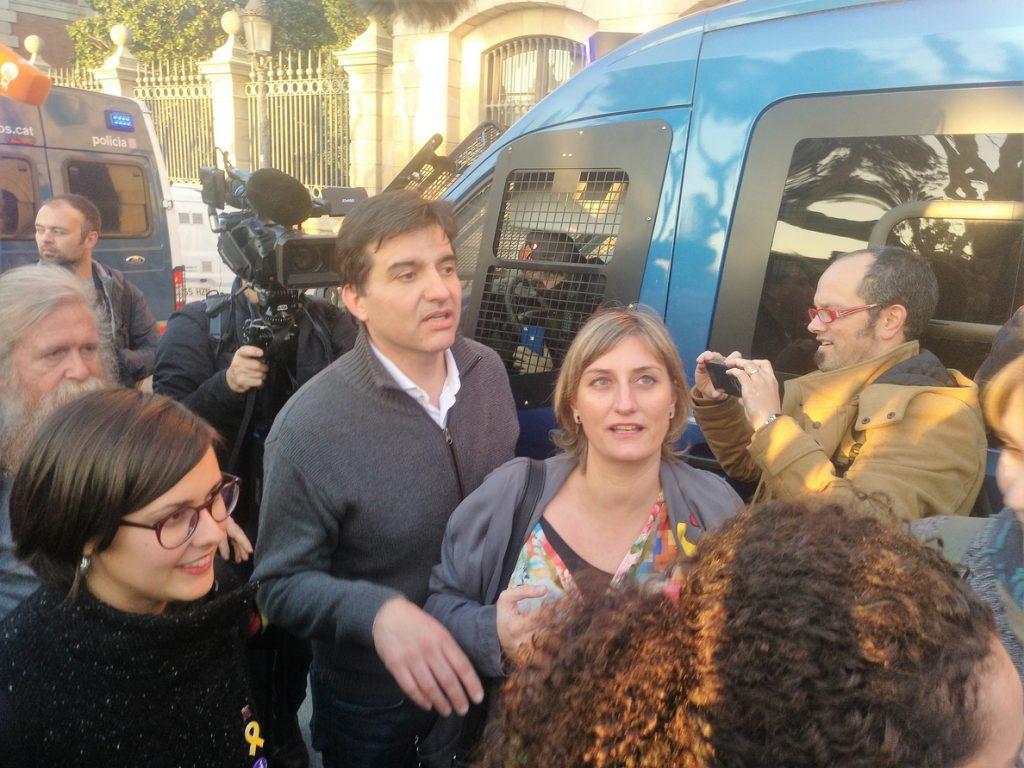Diputados ERC se acercan a saludar a los concentrados ante el Parlament que les gritan: «Ni un paso atrás»
