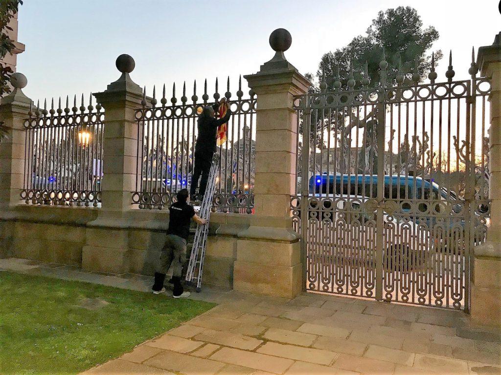 Retiran la 'estelada' que la CUP había colgado en la verja y en el patio del Parlament