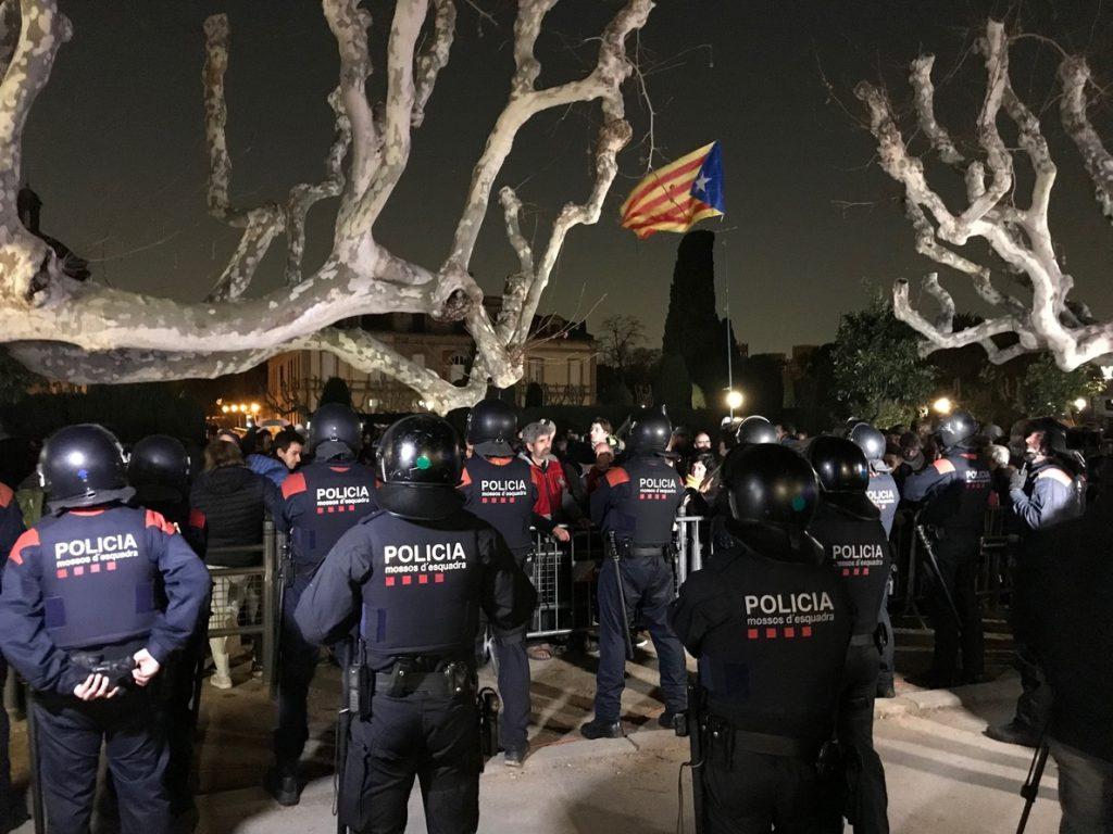 Unas 200 personas continúan frente al Parlament pidiendo la investidura de Puigdemont