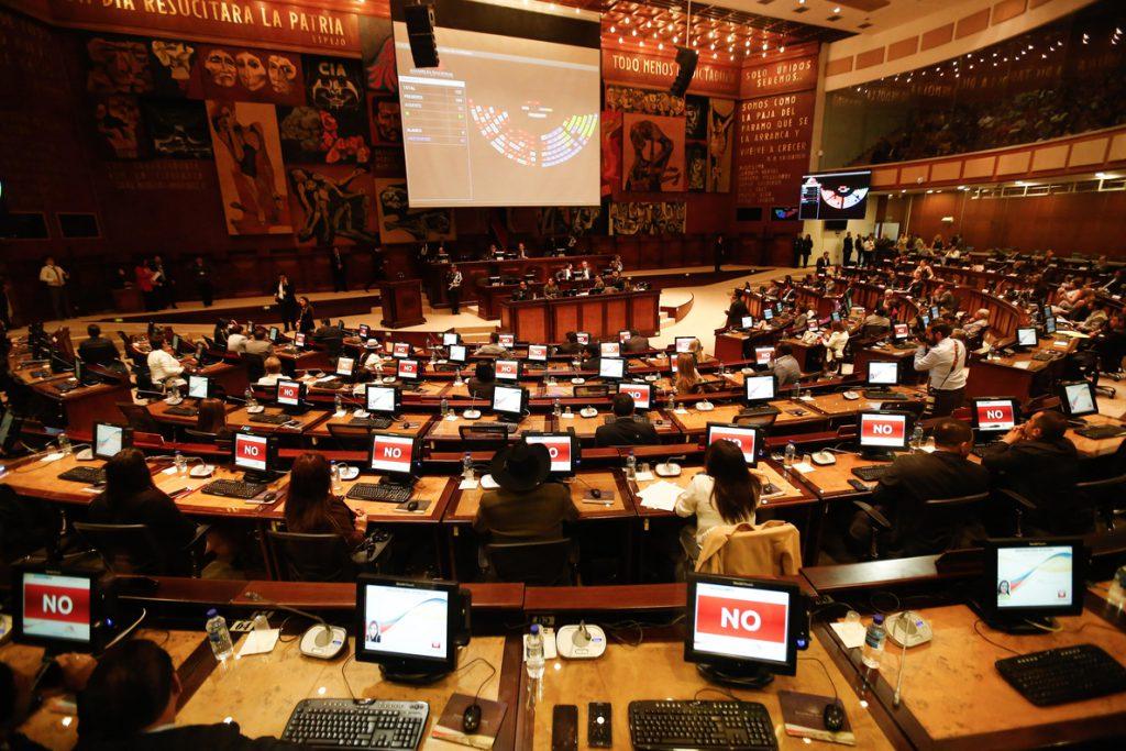 Evacúan el Parlamento de Ecuador por amenaza de bomba en vísperas de la consulta