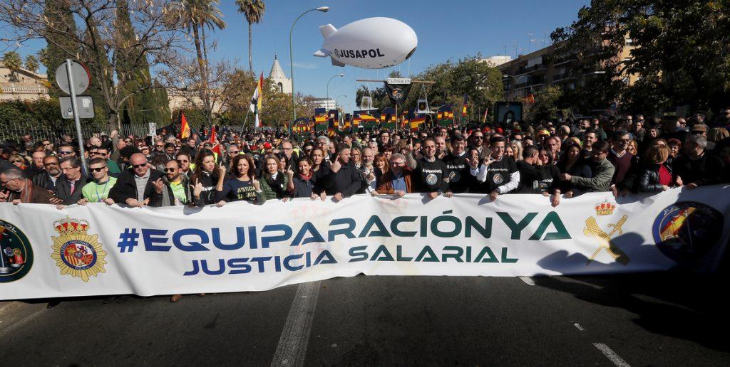 Miles de personas piden en Sevilla la equiparación de sueldos de las fuerzas de seguridad