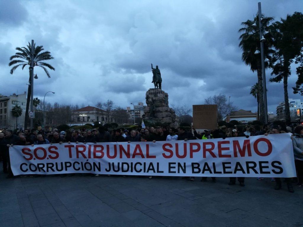 Unas 400 personas protestan en Palma por la «corrupción judicial en Baleares» y reclaman ayuda al Tribunal Supremo