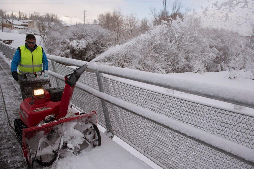 La nieve obliga a cortar 24 carreteras y en 97 son obligatorias las cadenas
