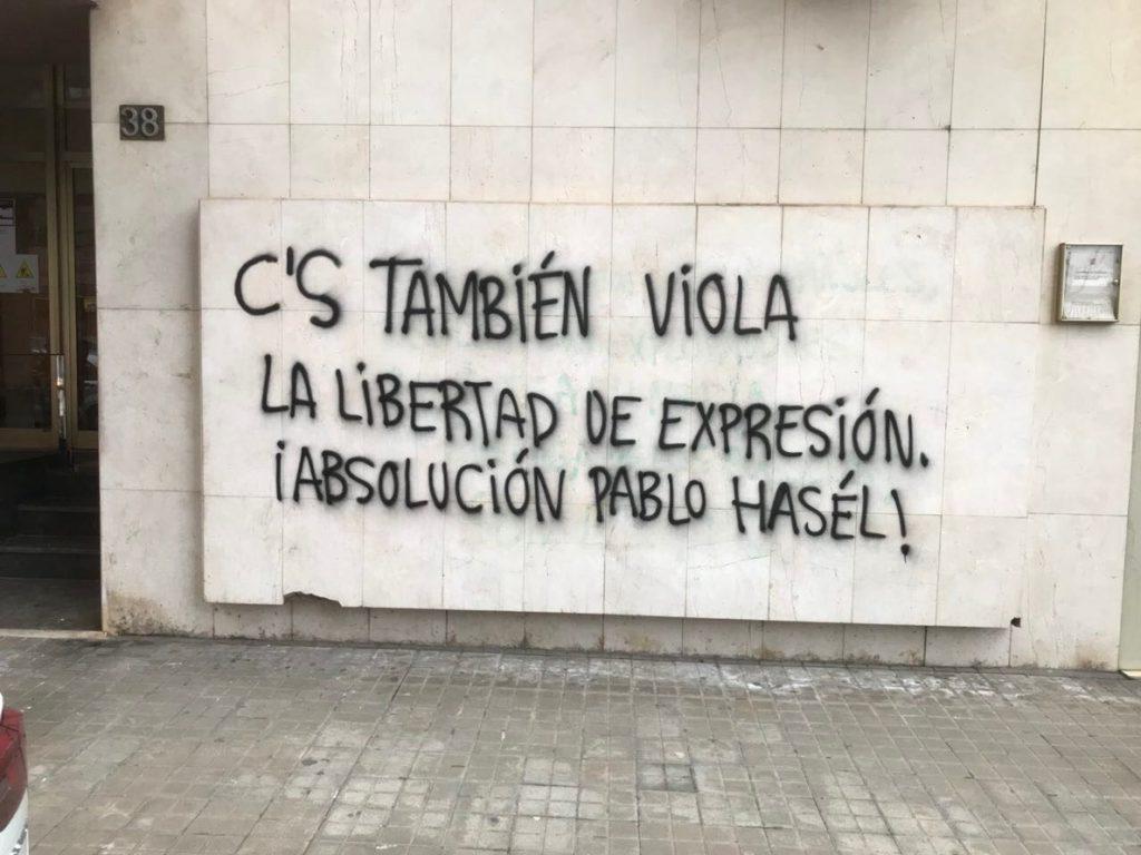 Cs lamenta un ataque a su sede de Lleida con una pintada que pide la absolución del rapero Pablo Hasel