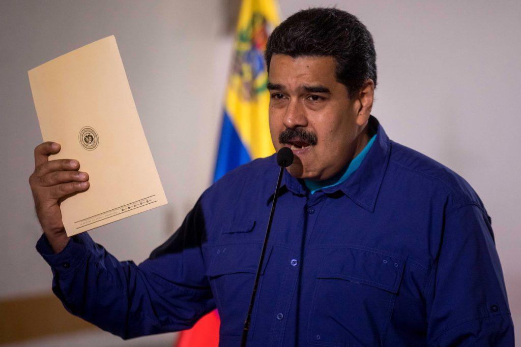 Maduro firma el acuerdo del diálogo que rechazó la oposición venezolana