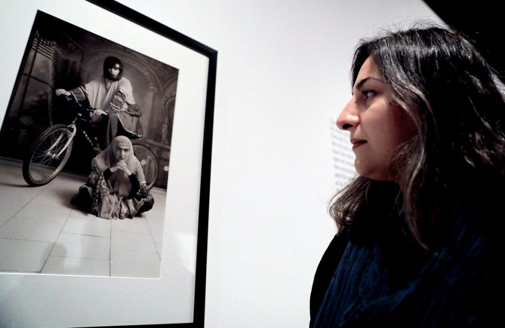 Shadi Ghadirian retrata en Valencia la realidad tras el velo de las iraníes