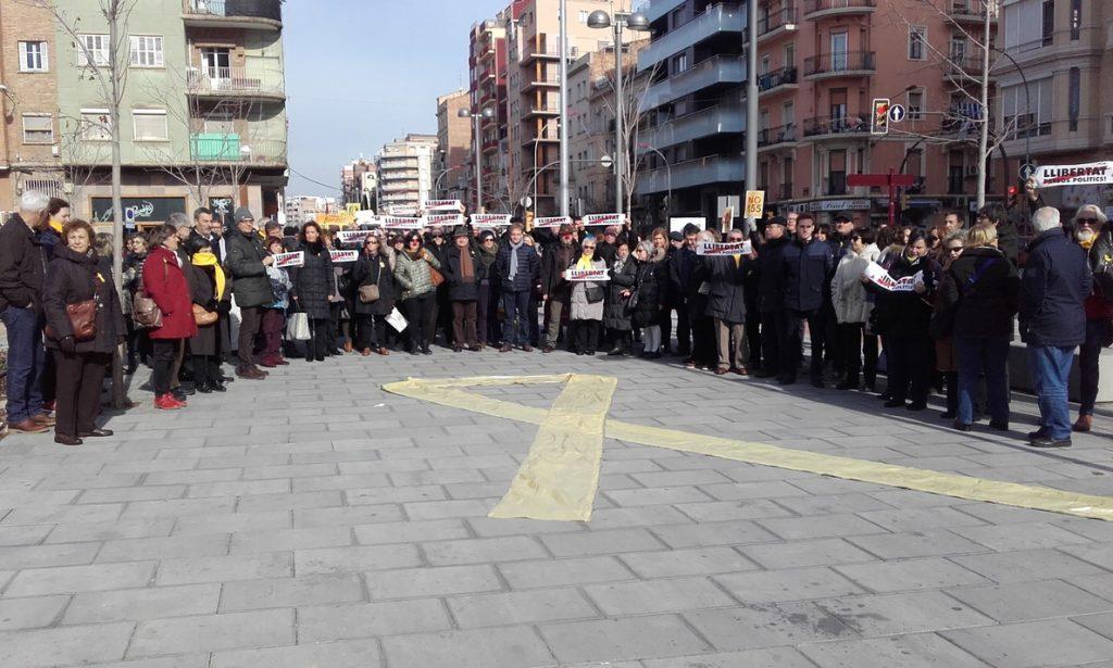 Trabajadores de la Generalitat de Lleida extienden un gran lazo amarillo frente a Òmnium Cultural