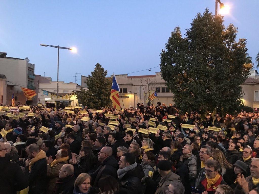 Centenares de personas se concentran en el pueblo de Junqueras para pedir su libertad