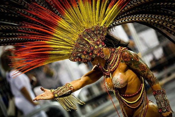 Los bate-bolas, estrellas de un carnaval paralelo en los suburbios de Río