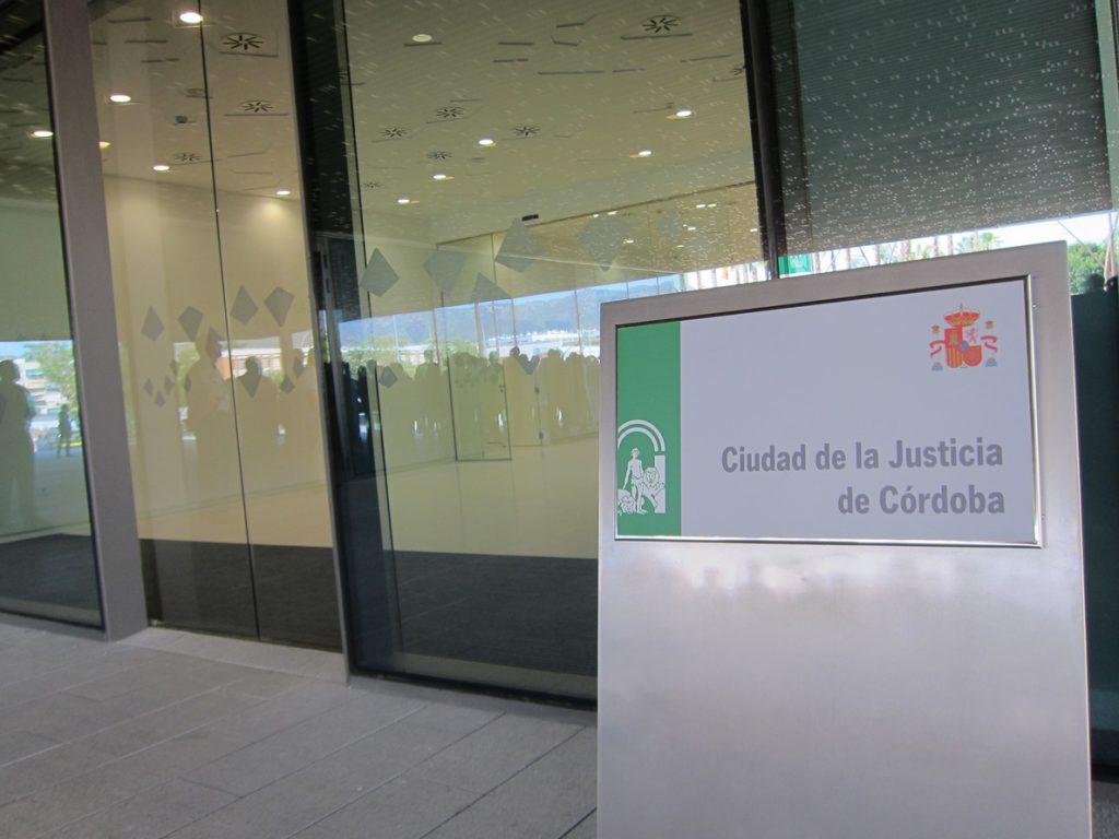 A juicio este martes dos banqueros acusados de estafar 33.000 euros a una mujer