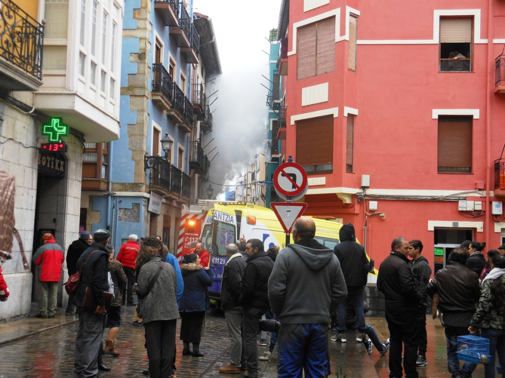 Intoxicadas por humo seis personas tras declararse un incendio en una vivienda del casco viejo de Bermeo (Vizcaya)