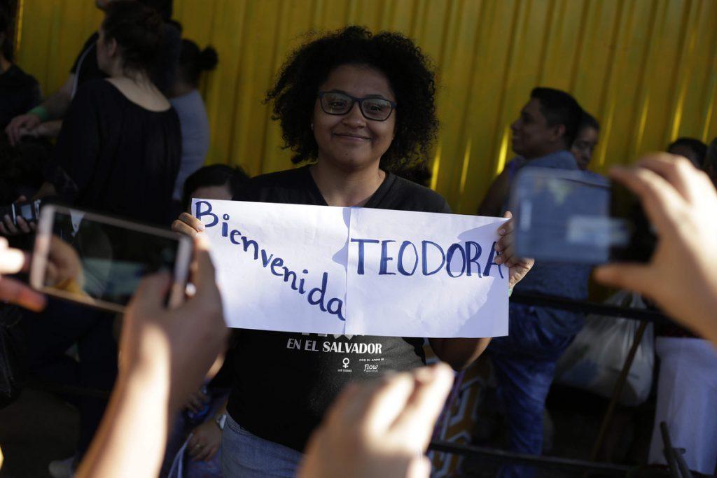El Ejecutivo salvadoreño gana pulso al Judicial y libera a una condenada por abortar