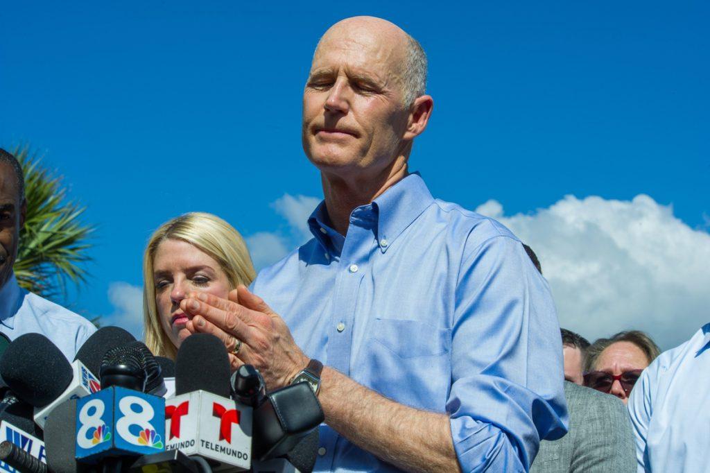 El gobernador de Florida urge a tener una «verdadera conversación» sobre las armas