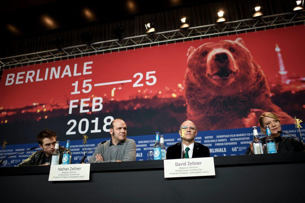 Pattinson distrae en la Berlinale con un irónico western de torpezas masculinas