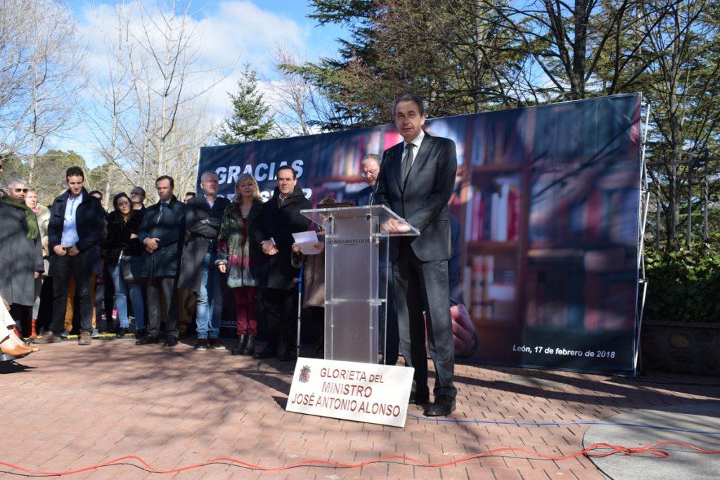 Zapatero evoca la trayectoria «digna y entrañable» de Alonso en la inauguración de una glorieta en León en su honor