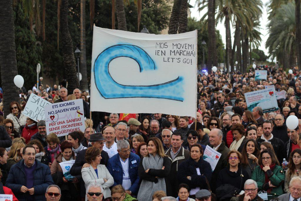 Unas 2.500 personas recorren las calles de Palma en contra del requisito del catalán en IbSalut