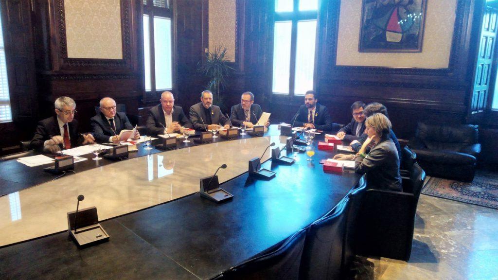 La Mesa del Parlamento catalán aborda este martes la reforma de la ley para investir a Puigdemont a distancia