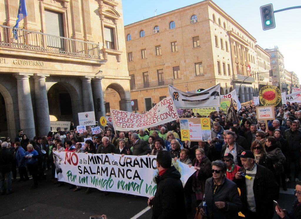 Más de un millar de personas se manifiestan en contra de la apertura de la mina de uranio en Retortillo (Salamanca)