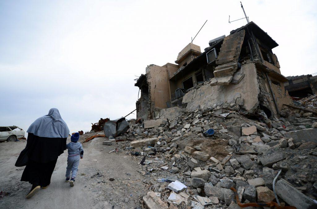 El olor a muerte resurge de entre los escombros de la ciudad vieja de Mosul