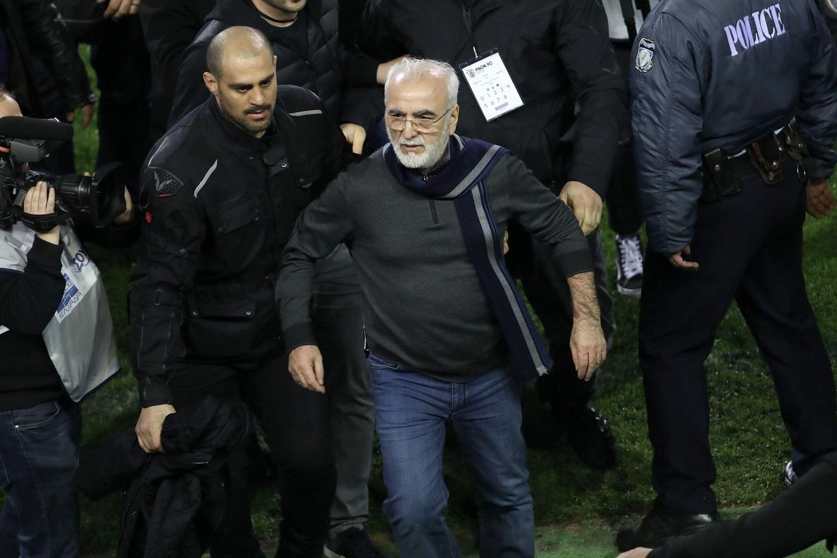Orden de detención contra el presidente de PAOK tras portar un arma en el campo