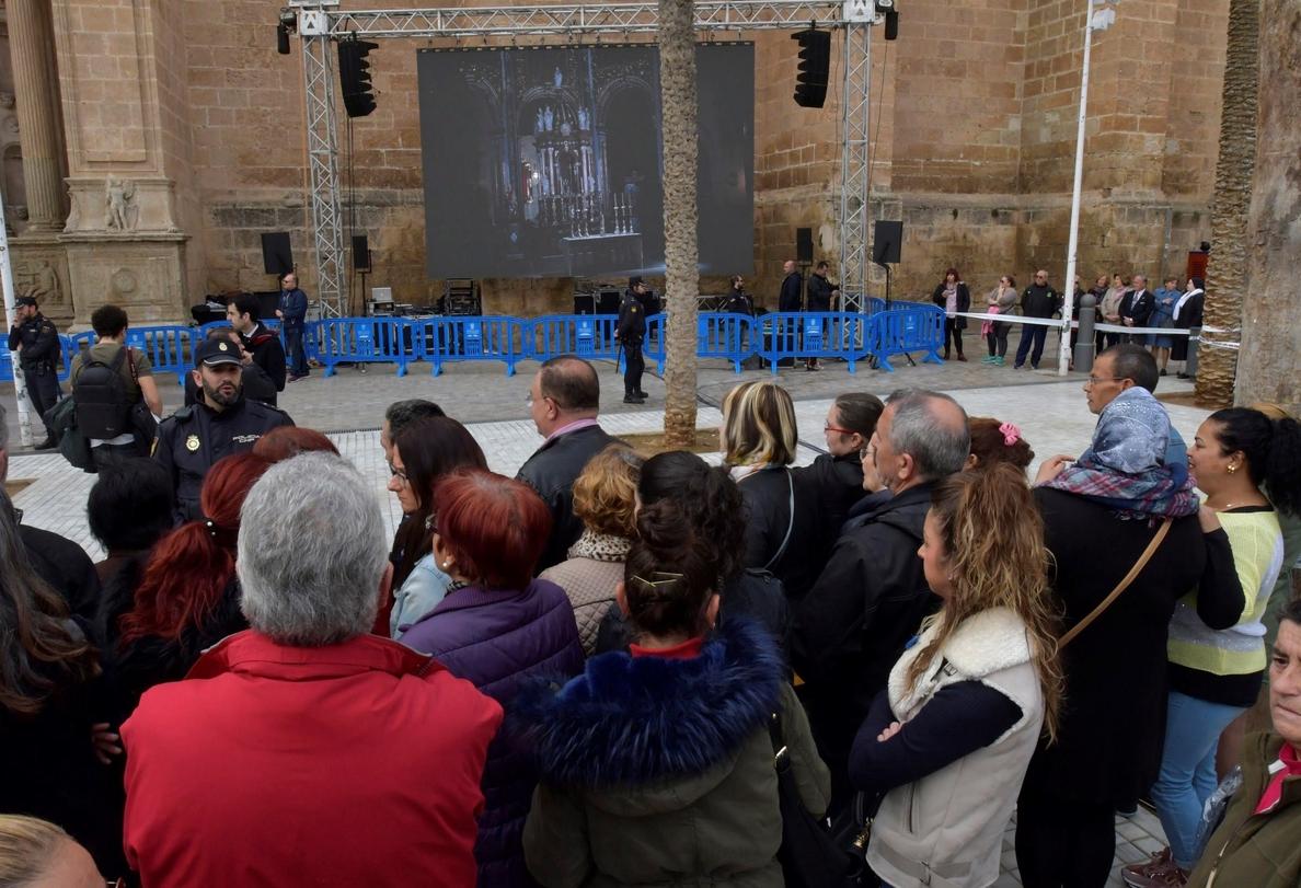 El féretro de Gabriel sale de la Diputación hacia la catedral para el funeral