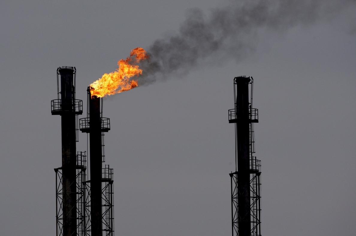 AIE: una mayor caída del petróleo de Venezuela podría conducir a un déficit