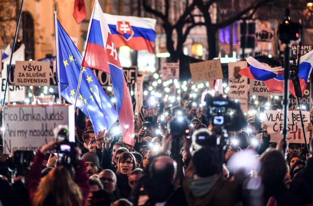 Decenas de miles de eslovacos piden elecciones tras el asesinato de un periodista