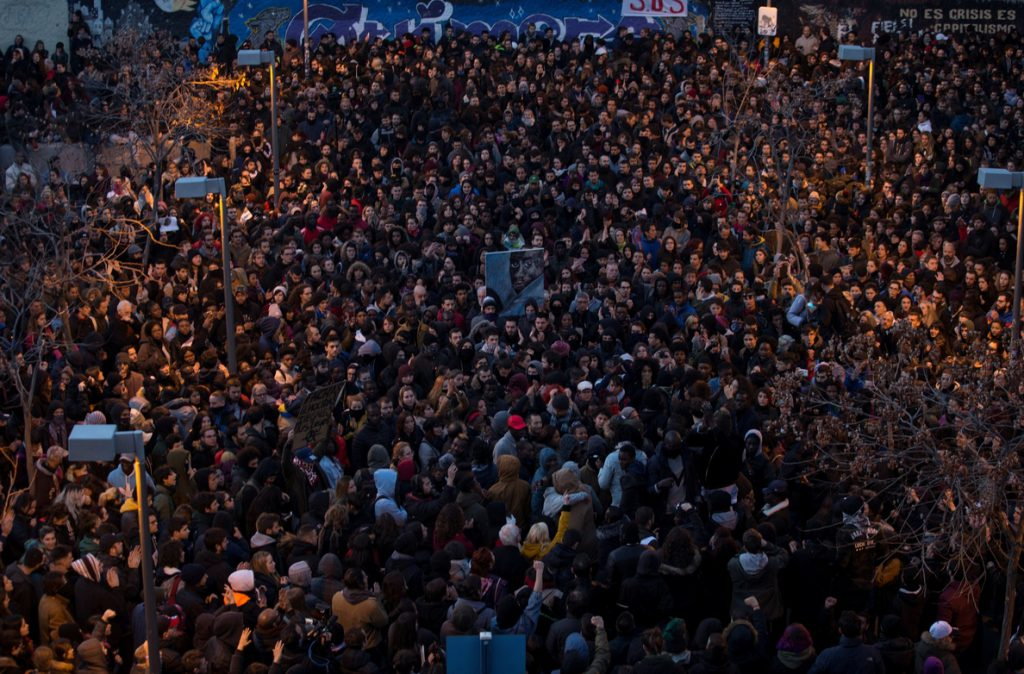 Las protestas prosiguen en Lavapiés tras los disturbios por el mantero muerto