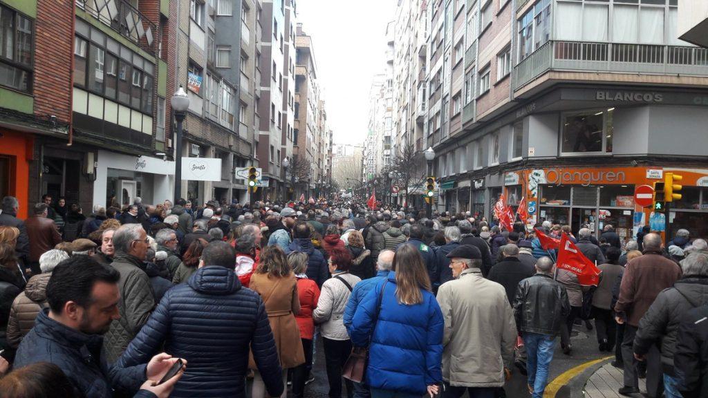 Miles de ciudadanos se manifiestan en Gijón en defensa de unas pensiones dignas