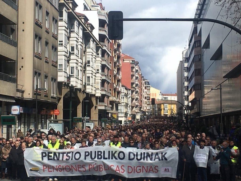 Miles de personas reclaman en Vitoria unas pensiones públicas «dignas»