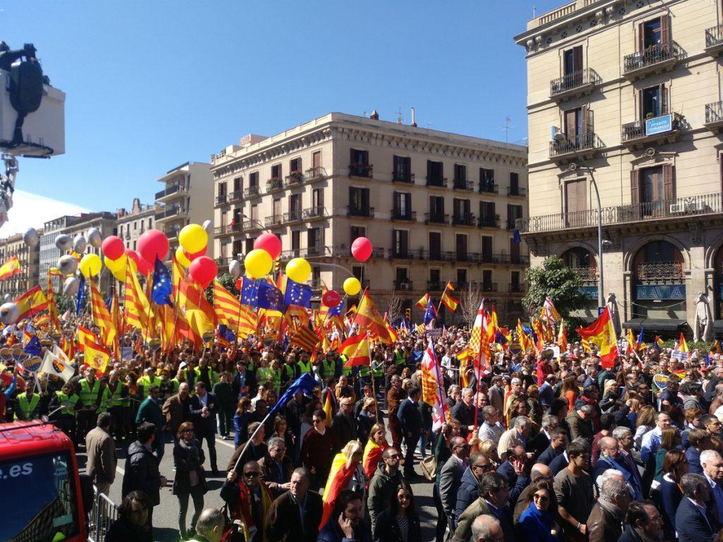 Miles de personas se manifiestan en Barcelona para pedir 'seny' y un Govern para todos