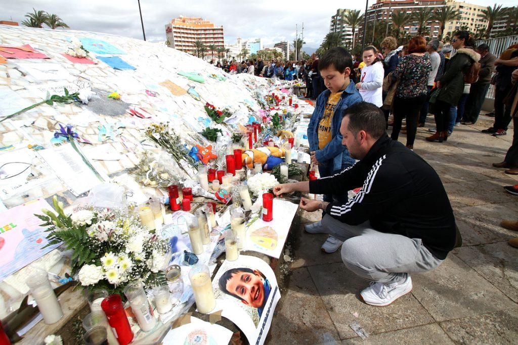 Unas 2.000 personas se concentran en Almería en honor a Gabriel y piden que no se derogue la permanente revisable