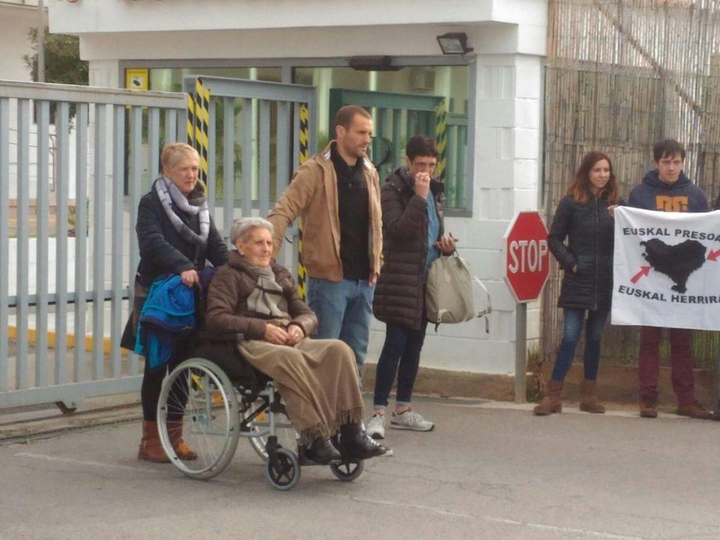 PP muestra fotos de víctimas de ETA a los participantes en Durango en un recibimiento al preso Zunbeltz Larrea