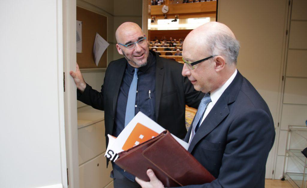 Compromís entrega a Montoro una carta instándole a financiar en los PGE «de forma justa» a los valencianos