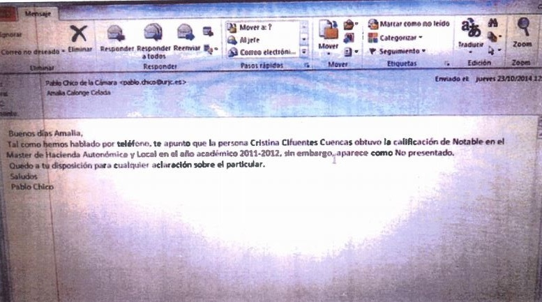 Cifuentes aporta documentación sobre su máster con correos de 2014 donde se recoge que hubo un error administrativo